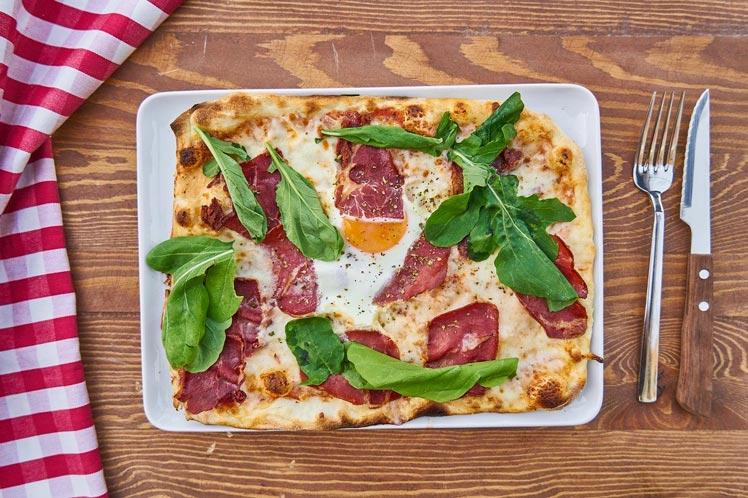 Ontbijtpizza met bacon en ei