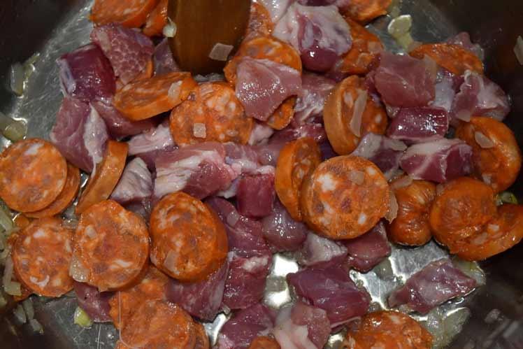 Stoofpot met varkensvlees, chorizo en hete peper
